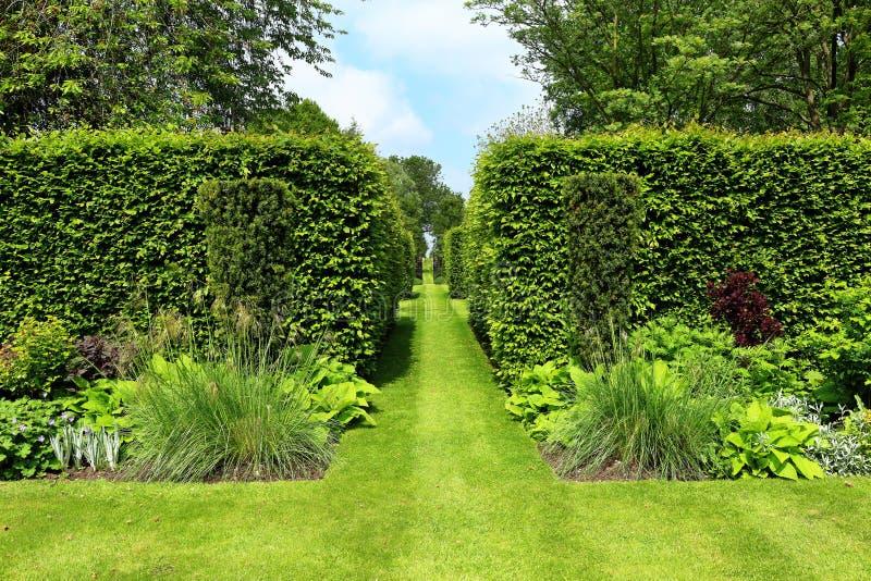 amnager un jardin anglais free anglais id es en images pour am nager un jardin comme un pro for. Black Bedroom Furniture Sets. Home Design Ideas