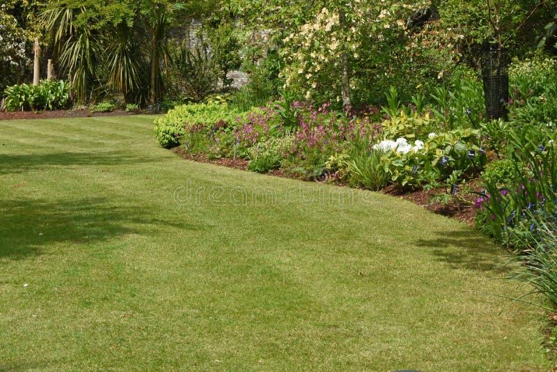 Un jardin anglais parfait de pays photographie stock libre de droits
