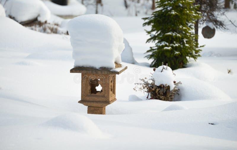 Un jardin japonais en hiver image libre de droits
