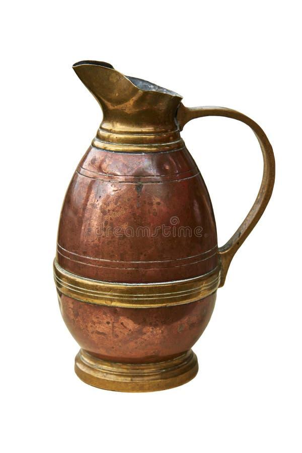 Un jarro de cobre viejo para el agua foto de archivo