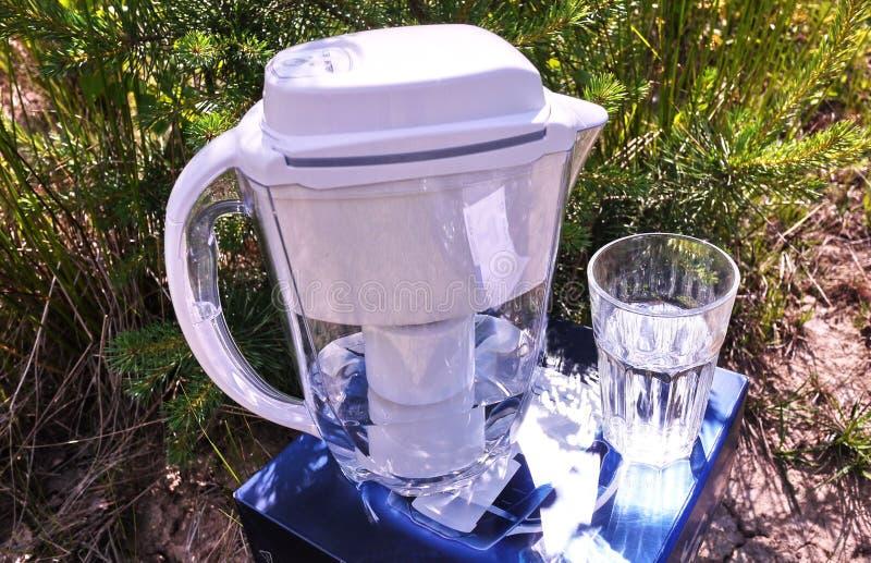 Un jarro para la purificación del agua del grifo Detalles y primer imagen de archivo libre de regalías