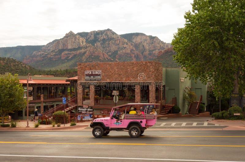 Un jeep rosado usado para el barranco viaja en el desierto fotografía de archivo libre de regalías