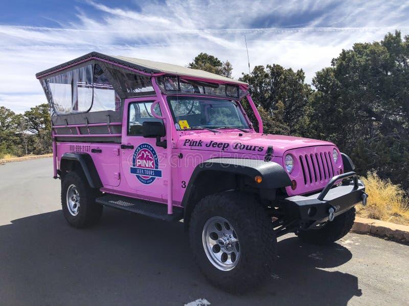 Un jeep rosado viaja al coche en el parque nacional de Grand Canyon fotografía de archivo libre de regalías
