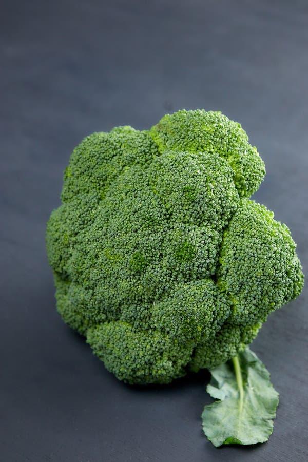 Un jefe de ensalada sana Bróculi verde sin procesar fresco clase vertical de flor vegetal verde Dieta sana Copie el espacio Verde imágenes de archivo libres de regalías