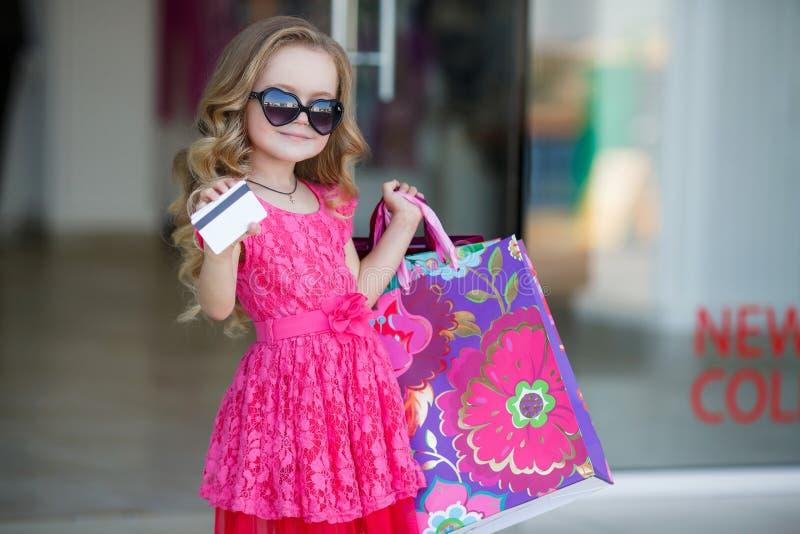 Un jeune acheteur avec les sacs et la carte de crédit colorés photo libre de droits