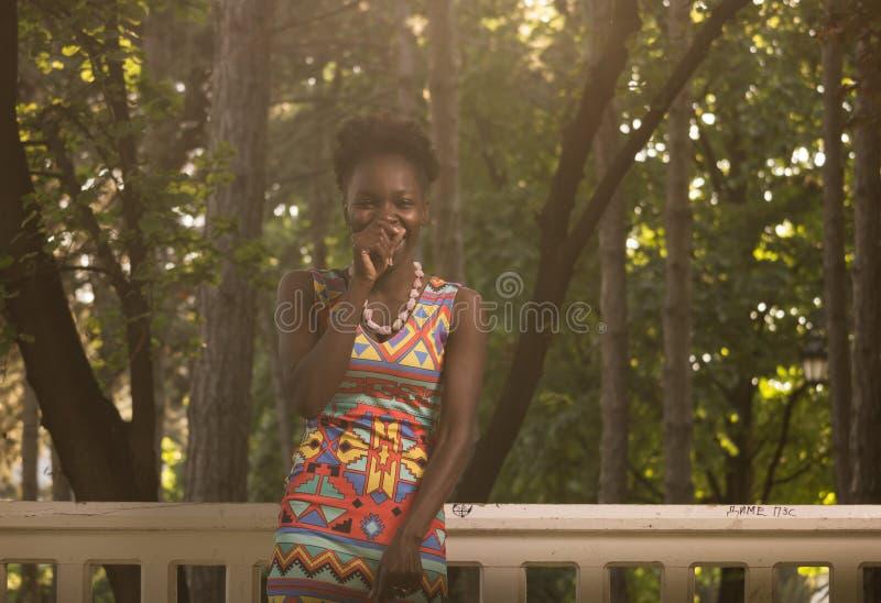 Un, jeune adulte, rire de sourire heureux américain d'africain noir images stock