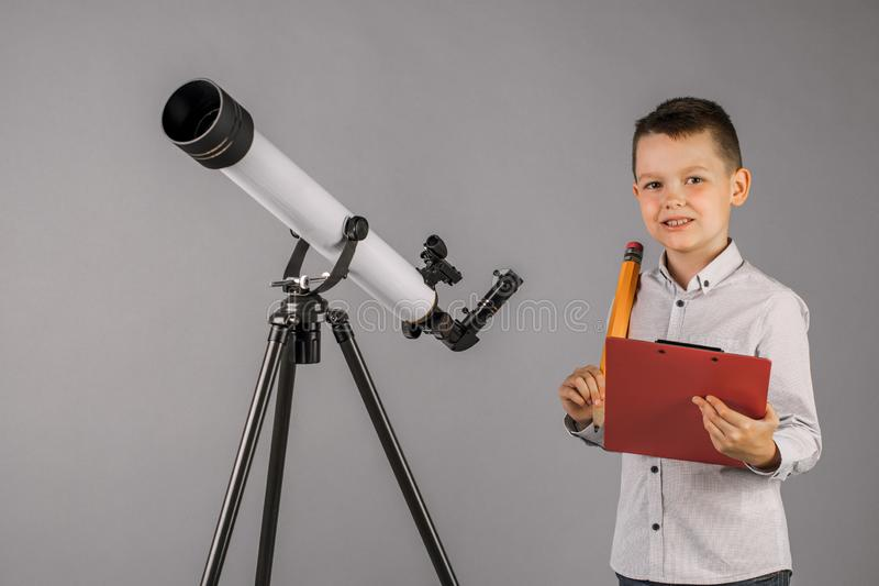 Jeune Astronome Heureux De Regarder Par Les Observations D