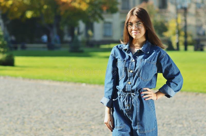 Un jeune bel étudiant d'aspect asiatique se tient à côté du parc d'université photos libres de droits