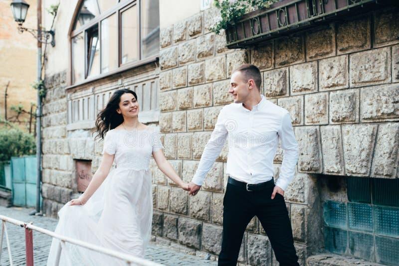 Un jeune, bienveillant couple marche par les rues de la ville photos stock