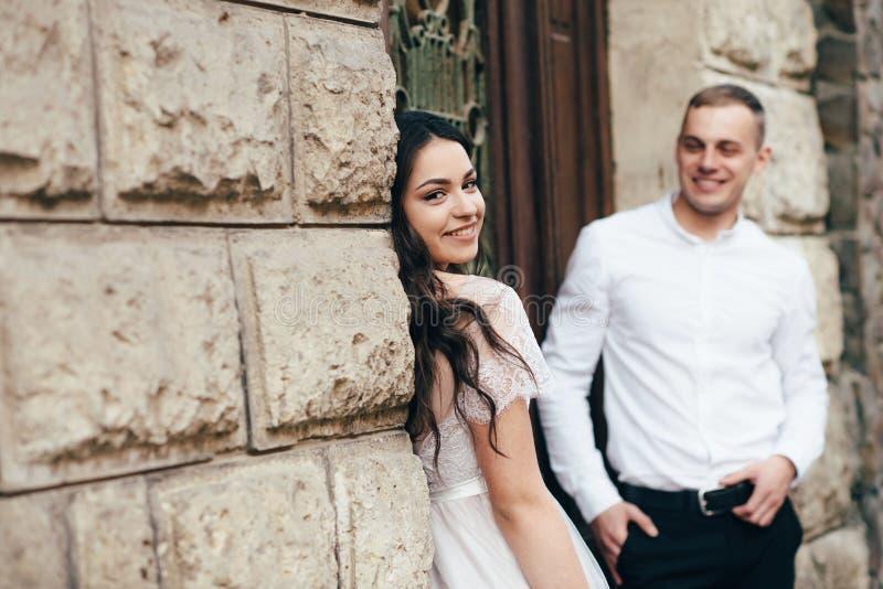 Un jeune, bienveillant couple marche par les rues de la ville images stock