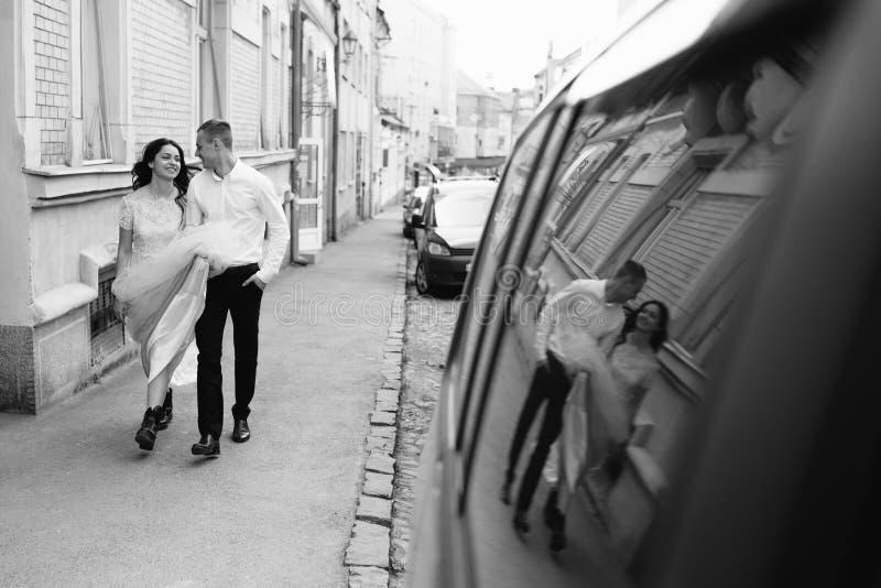 Un jeune, bienveillant couple marche par les rues de la ville photographie stock