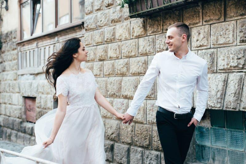 Un jeune, bienveillant couple marche par les rues de la ville images libres de droits
