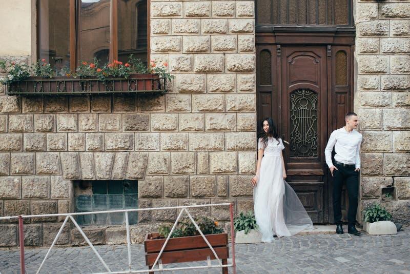 Un jeune, bienveillant couple marche par les rues de la ville image stock