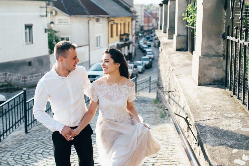 Un jeune, bienveillant couple marche par les rues de la ville photo libre de droits