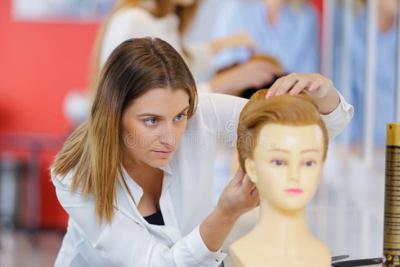 Un jeune coiffeur focalis? photos libres de droits
