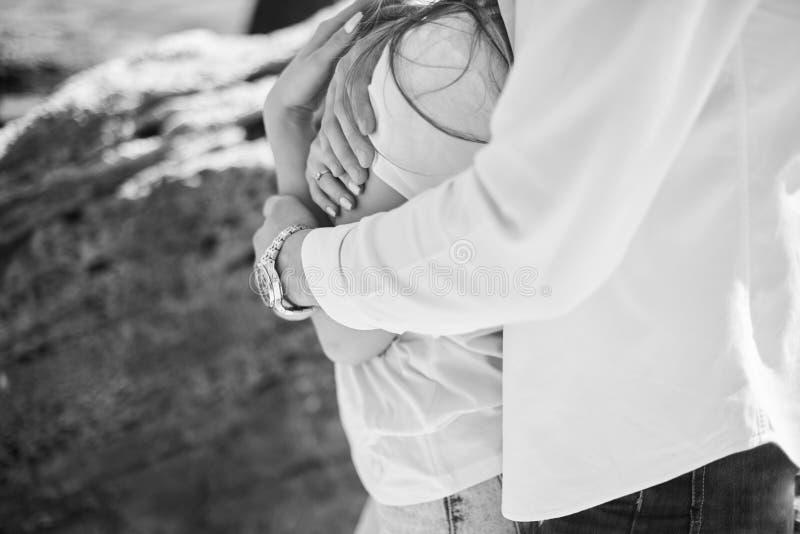 Un jeune couple affectueux ?treignant et embrassant sur la plage dans le jour ensoleill? Deux amants, homme et femme pr?s de l'ea image stock
