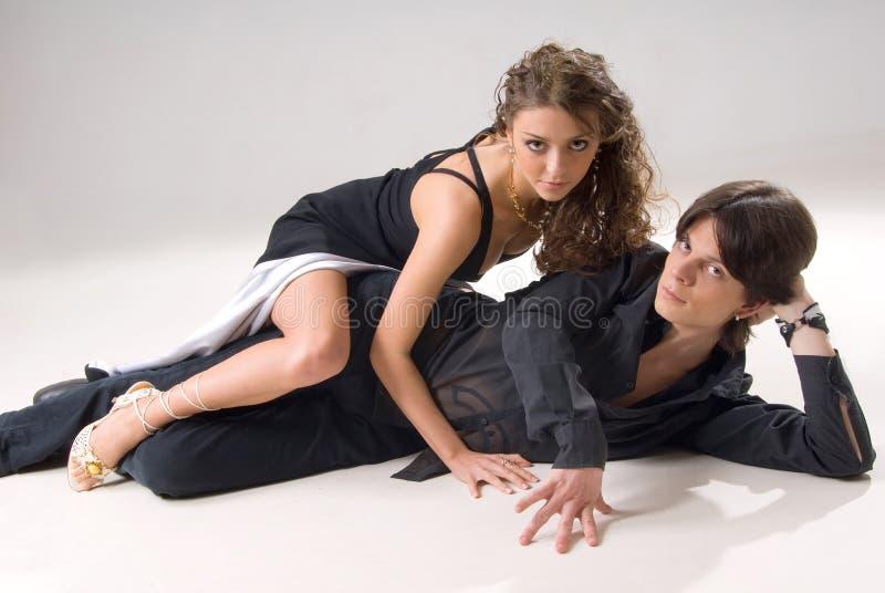 Un jeune couple attrayant a attrapé dans un moment photo libre de droits