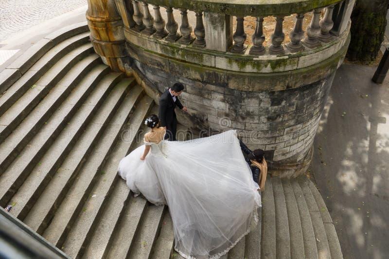 Un jeune couple de marié de Chinois prend leurs photos de mariage dans la belle ville de Paris photo stock