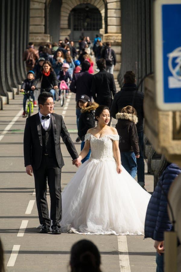 Un jeune couple de marié de Chinois prend leurs photos de mariage dans la belle ville de Paris photo libre de droits