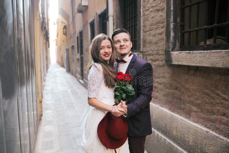 Un jeune couple de jeune mariée à Venise l'Italie images libres de droits