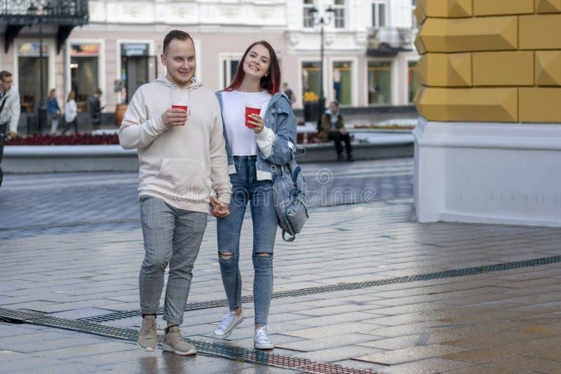Un jeune couple des étudiants dans l'amour photos libres de droits
