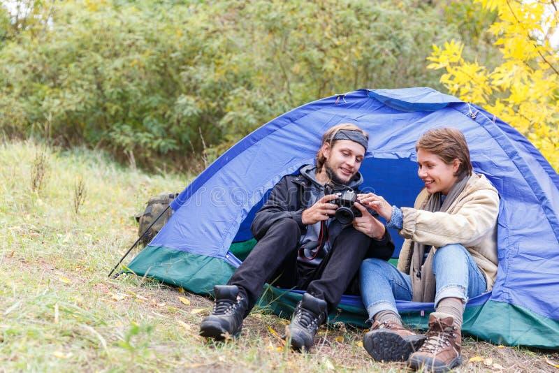 Un jeune couple des touristes dans les photos de observation de forêt sur l'appareil-photo photographie stock