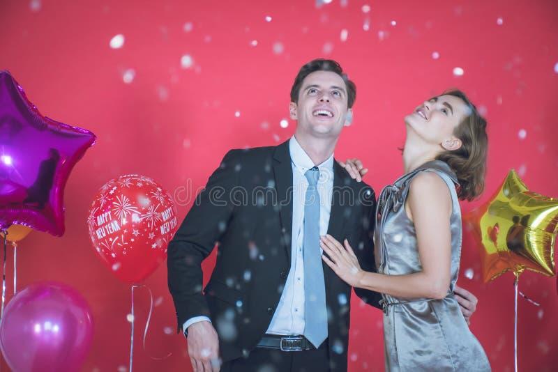 Un jeune couple est heureux dans le concept du Nouvel An images libres de droits