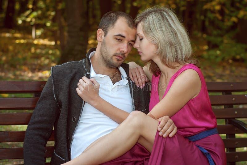 Un jeune couple est triste photo stock