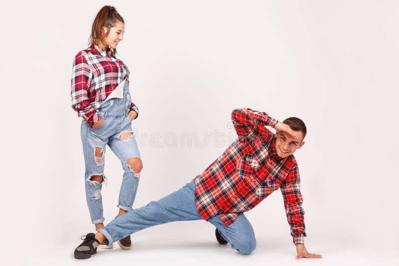 Un jeune couple heureux posant dans des poses créatives photographie stock