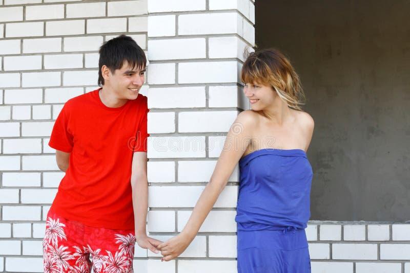Un jeune couple marche dans la conception et le constructio photos stock