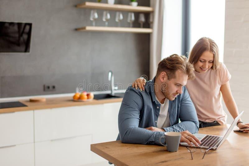 Un jeune couple regarde des billets pour le déplacement image libre de droits