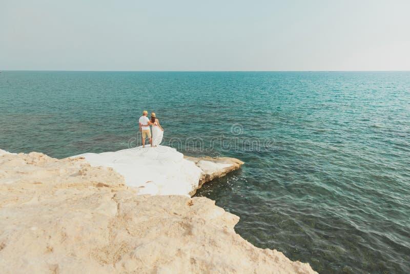 Un jeune couple romantique regardant la mer photographie stock
