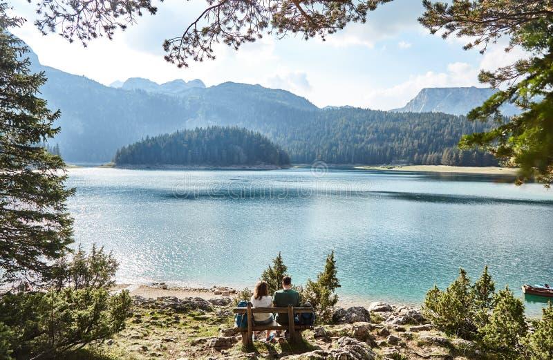 Un jeune couple se reposant sur un banc Lac noir Stationnement national de Durmitor montenegro photos libres de droits