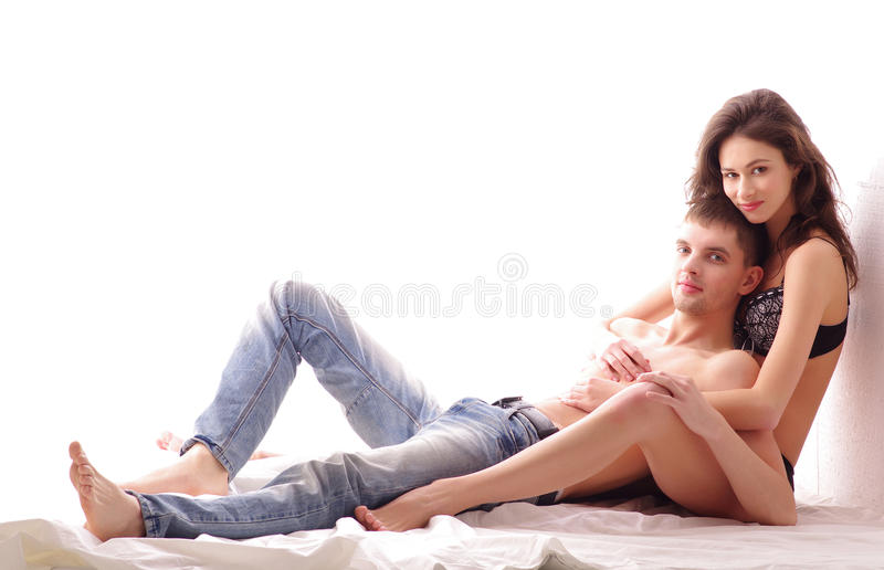 Un jeune et affectueux couple de Caucasien de brunette photo stock