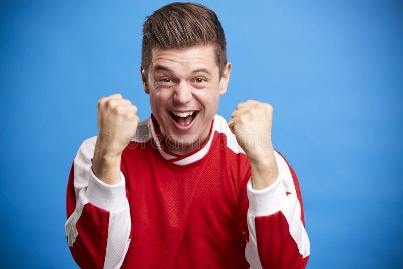 Un jeune fan de sports masculin blanc encourageant et célébrant photographie stock