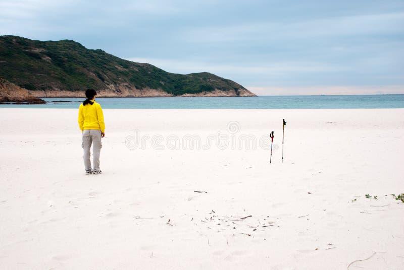 Un jeune femme au bord de la mer image stock