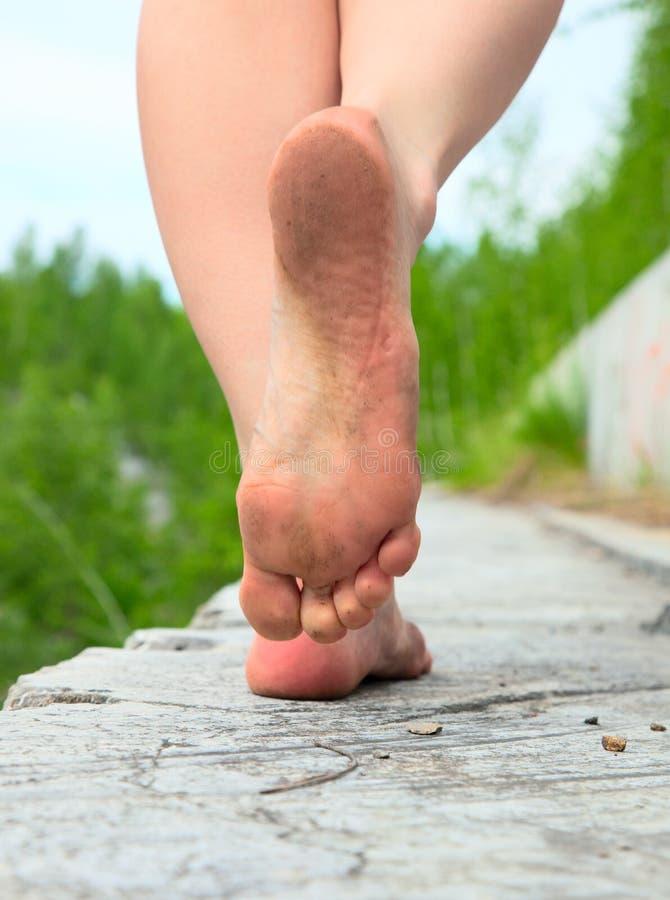 Un jeune femme va nu-pieds photographie stock libre de droits
