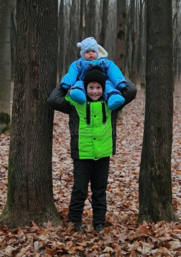 Un jeune frère plus âgé de prise sur ses épaules photo stock