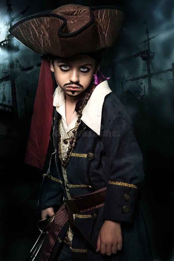 Un jeune garçon fâché utilisant un costume de pirate image stock