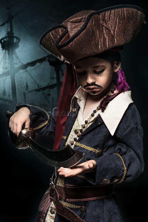 Un jeune garçon fâché utilisant un costume de pirate images stock