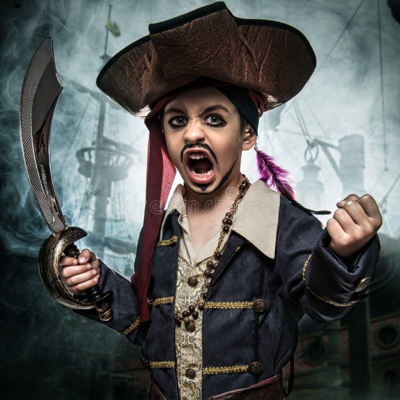 Un jeune garçon fâché utilisant un costume de pirate photo stock