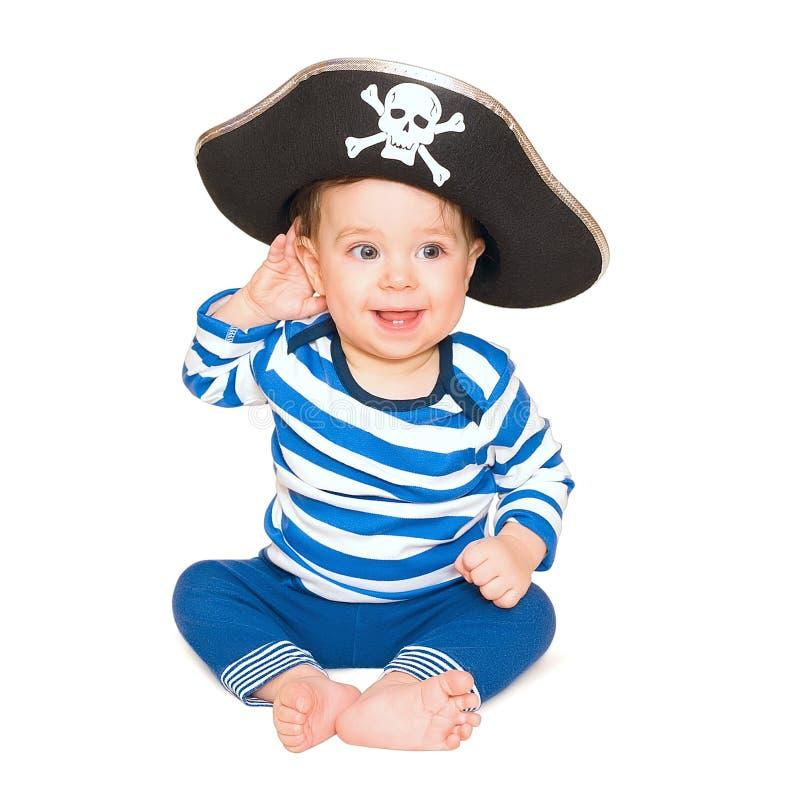 Un jeune garçon heureux utilisant un costume de pirate. Fond blanc. photo libre de droits