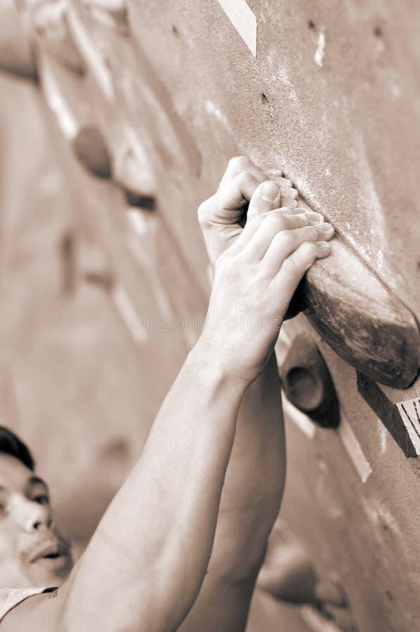 Un jeune grimpeur photographie stock