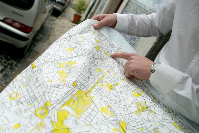 Un jeune homme avec une carte de Lisbonne image stock