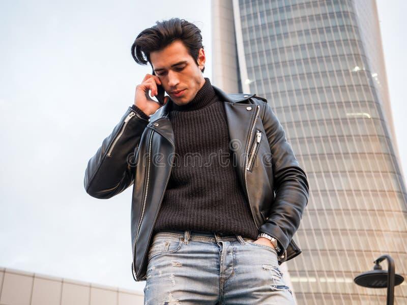 Un jeune homme beau dans l'arrangement moderne de ville images libres de droits