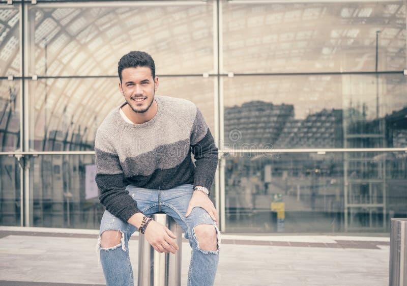 Un jeune homme beau dans l'arrangement moderne de ville photo libre de droits