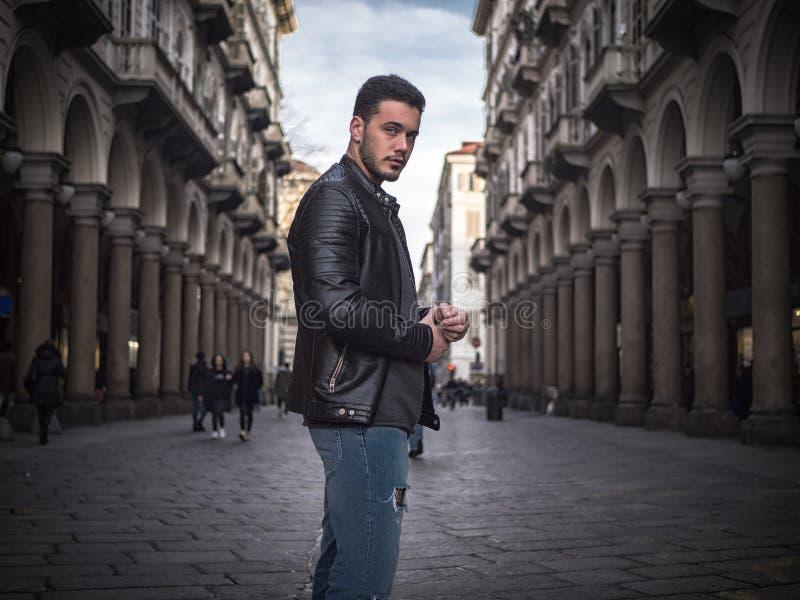 Un jeune homme beau dans le vieil arrangement classique de ville photographie stock libre de droits
