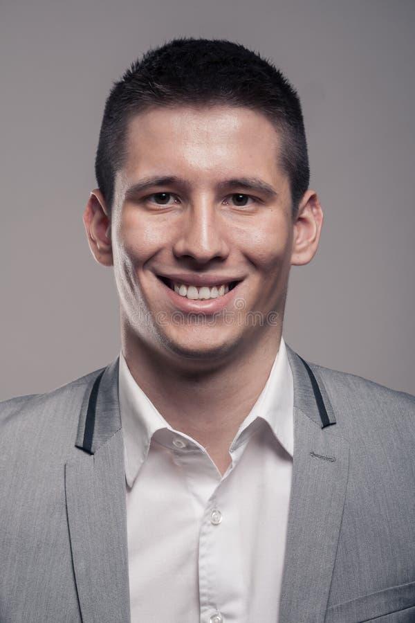 Un jeune homme, corps supérieur, vêtements formels, SM principal de headshot de visage photo stock