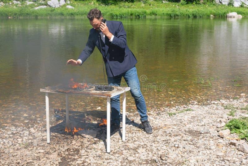 un jeune homme d' affaires caucasien stressé qui a des ennuis à commettre des erreurs Concept de défi et d'échec pour l'entrepris image libre de droits