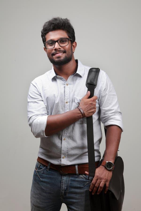 Un jeune homme d'origine indienne photographie stock libre de droits